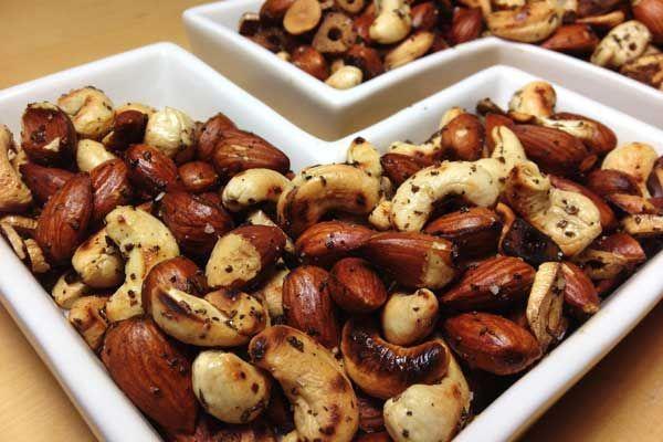 Besser als Chips und Schokolade: Geröstete Nüsse mit Rosmarin und Knoblauch sind der perfekte Snack. In dieser Variante mit Mandeln und Cashews.