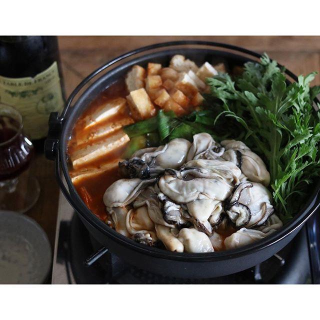 cao_life on Instagram pinned by myThings #備前福岡の市 で購入した、牡蠣の家しおかぜさんの#牡蠣 。 試食させてもらった牡蠣の佃煮が、ビックリするほど美味しかったので、今朝殻から外したばかりという、ものすごく大ぶりの牡蠣のむき身も購入。 これだけ入って900円! 20個くらいは入っていたと思う。 いろんな食べ方を考えたけど、旦那氏の希望もあり、#キムチチゲ に。 牡蠣が、加熱して多少縮んでも大きくて、私の手のひらの半分くらいはある✨ そしてクリーミーで美味しい✨ おかべのお豆腐と油揚げも、産直の朝獲れ春菊とネギも、全部美味しかった ・ ・ また明日から節制します(*´꒳`*)/