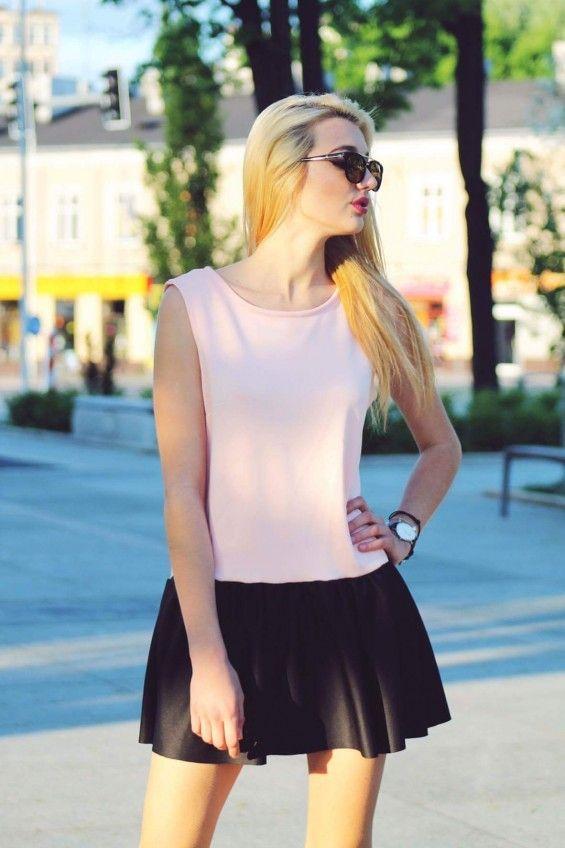Sukienka z czarną falbanką