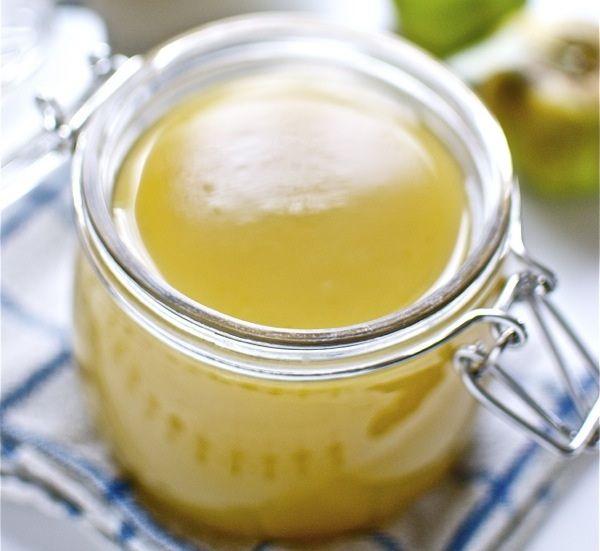 We maken nu een appelgelei. Voor de meesten onder ons is dat hetzelfde als jam of confituur maar niets is minder waar. Gelei wordt gemaakt met het sap van de vruchten. Resultaat een hele mooie gladde gelei.
