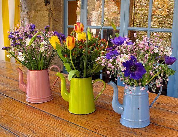 Bules com arranjos florais