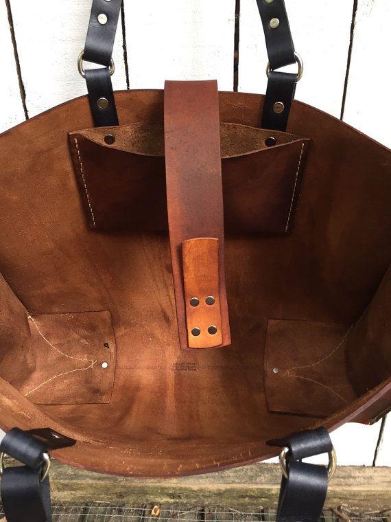 Bolso de silla roble 16 de ancho 12 de altura 5 profundo  Me gusta mucho este bolso. La razón de llamarlo un totalizador de la silla de roble es porque eso es lo que me recuerda a un viejo rompió en silla de montar. También tiene la personalidad. Bien y sólo consigue bueno. El cuero es verduras curtidas alrededor de 5-6 oz. El encierro de la correa es simple pero bien pensado y fácil de usar y se ve bien, qué más puede desear en una bolsa. Me gusta mucho el tinte marrón oscuro de madera…