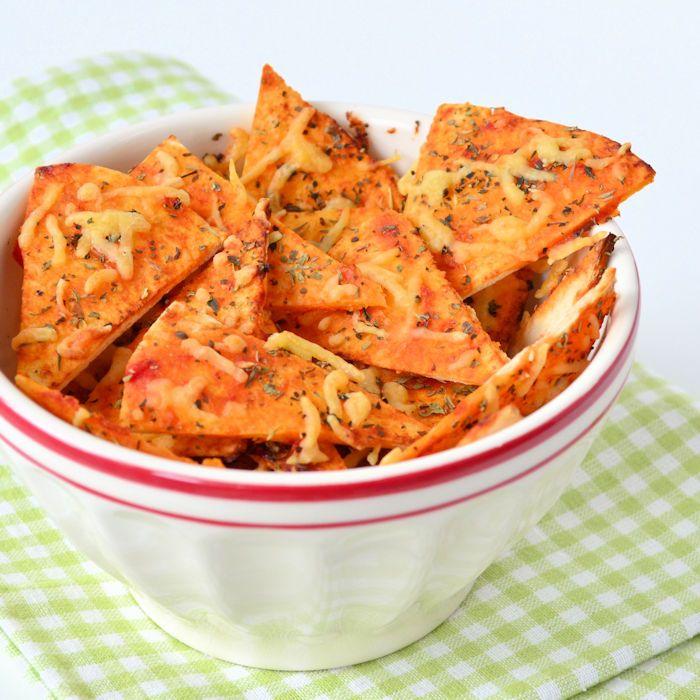 Wat is er nog lekkerder dan zelfgemaakte tortilla chips? Pizza tortilla chips! Ik vertel hoe deze chips binnen 20 minuten op tafel staan.