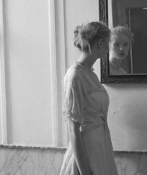 Марина Цветаева  Хочу у зеркала, где муть И сон туманящий, Я выпытать — куда Вам путь  И где пристанище.  Я вижу: мачта корабля, И Вы — на палубе… Вы — в дыме поезда… Поля В вечерней жалобе…  Вечерние поля в росе, Над ними — во́роны… — Благословляю Вас на все Четыре стороны!  3 мая 1915
