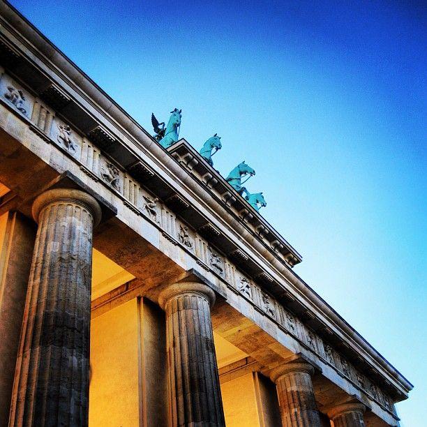 Brandenburg Gate #berlinstories #preinstaera #blastfromthepast Photoshooting Berlin © elafini