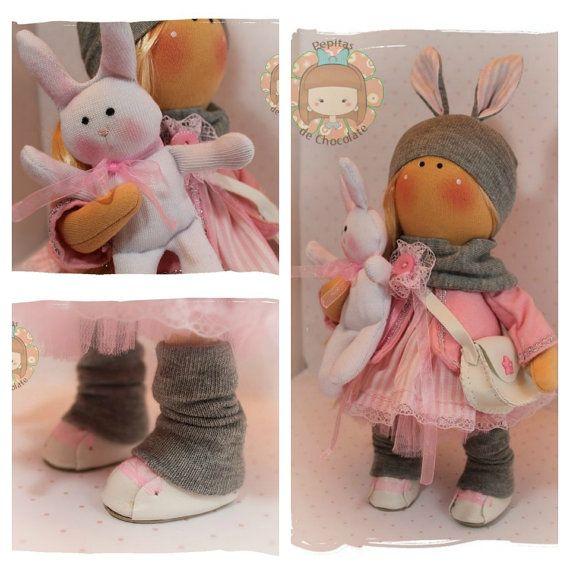 Esta es Erica, una muñequita muy dulce y tierna ;)  Es una muñequita rusa y mide 27 cm.  Viene acompañada de su amigo el conejito ;)