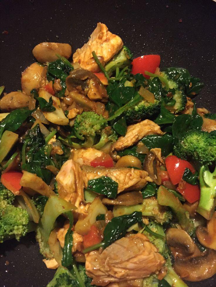 Salmon (no skin), broccoli, fennel, red pepper, mushrooms, spinach, onion, curry paste (homemade:  coconut oil, tomato puree and all your fav spices.., i.e. kurkuma, cayenne, chili, ginger, garlic, kardemon, cumin, piment...)