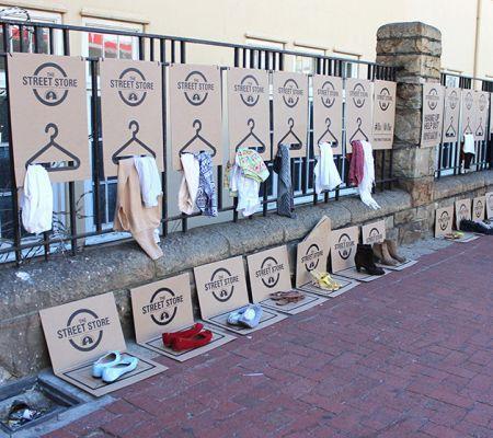 Na Street Store, roupas de todos os tamanhos para adultos e crianças, além de sapatos e cobertores, ficam expostos em cabides feitos com papelão no meio da rua. Cartazes com apelos de gentileza e solidariedade enfeitam o ambiente da 'loja', que oferece os produtos exclusivamente para pessoas em situação de rua.