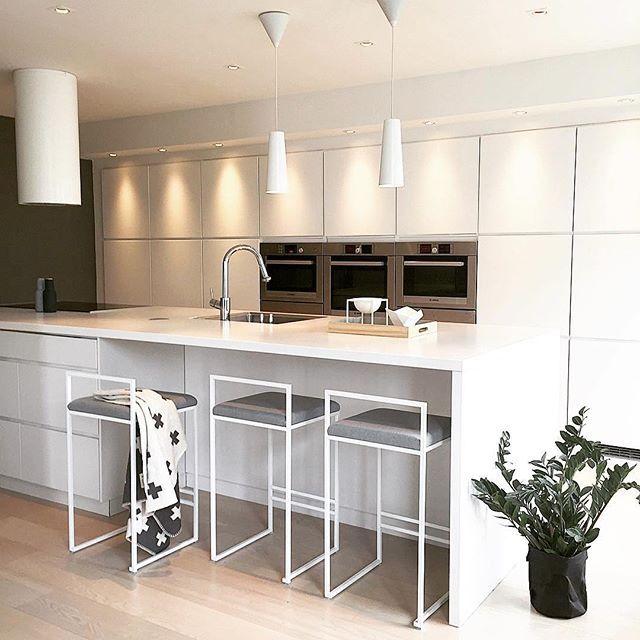 Norway has a great taste when it comes to interior design. This kitchen of @finkrihouse looks like it's been on the cover of a design magazine!! 📝👏🏼🌿🍂🧡🧡 . . Norge har en fantastisk smak när det gäller inredning. Det här köket hos @finkrihouse ser ut att komma direkt från ett tidningsuppslag! 📝👏🏼🌿🍂🧡🧡 . . #barstol #barstolar #barkrakk #krakk #stolar #stoler #barstoler #jakkara #hocker #interiör #interior #inretning #sisu #sisustus #kök #kitchen #kjøkkeninspirasjon #kjøkken…
