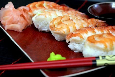 Przepis na Sushi Ebi-Nigiri z Krewetką - Sushi, które formuje się w owalne paluszki i układa się na ryż pasek z ryby. Nam bardzo zasmakował wariant z krewetką. A Tobie ? Zostaw nam Swoją opinię:)