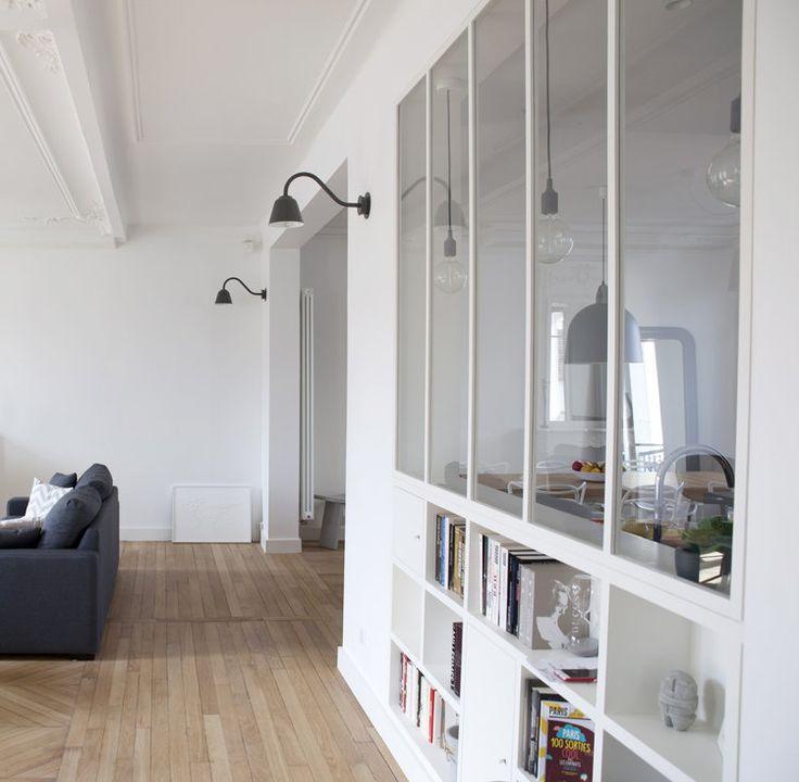Une verrière blanche dans le salon ! #salon #verrière #blanc #déco #aménagement http://www.m-habitat.fr/veranda/styles-de-verandas/verriere-d-interieur-les-erreurs-a-eviter-4207_A