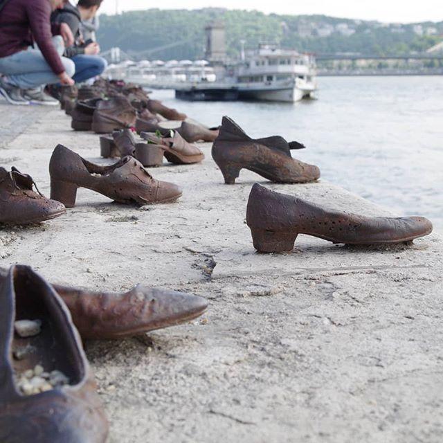 Leschaussures Au Bord Du Danube Enhongrois Cipok A Duna Parton Est Un Memorial Dedie Aux Victimes Juives De Lashoahabudapestsur Les Rives Dudanubeenho Instagram