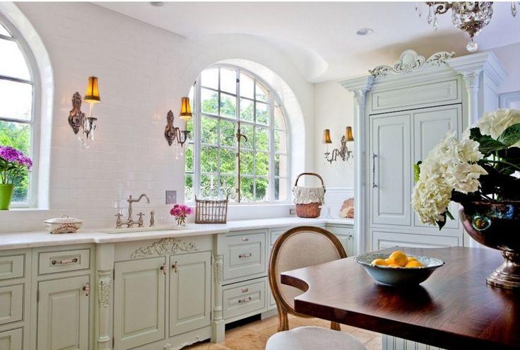 Кухня в стиле шебби-шик: винтажная роскошь для ценителей комфорта и 80 уютных интерьеров http://happymodern.ru/kuxnya-v-stile-shebbi-shik/ Отделка стен керамической плиткой в белом цвете