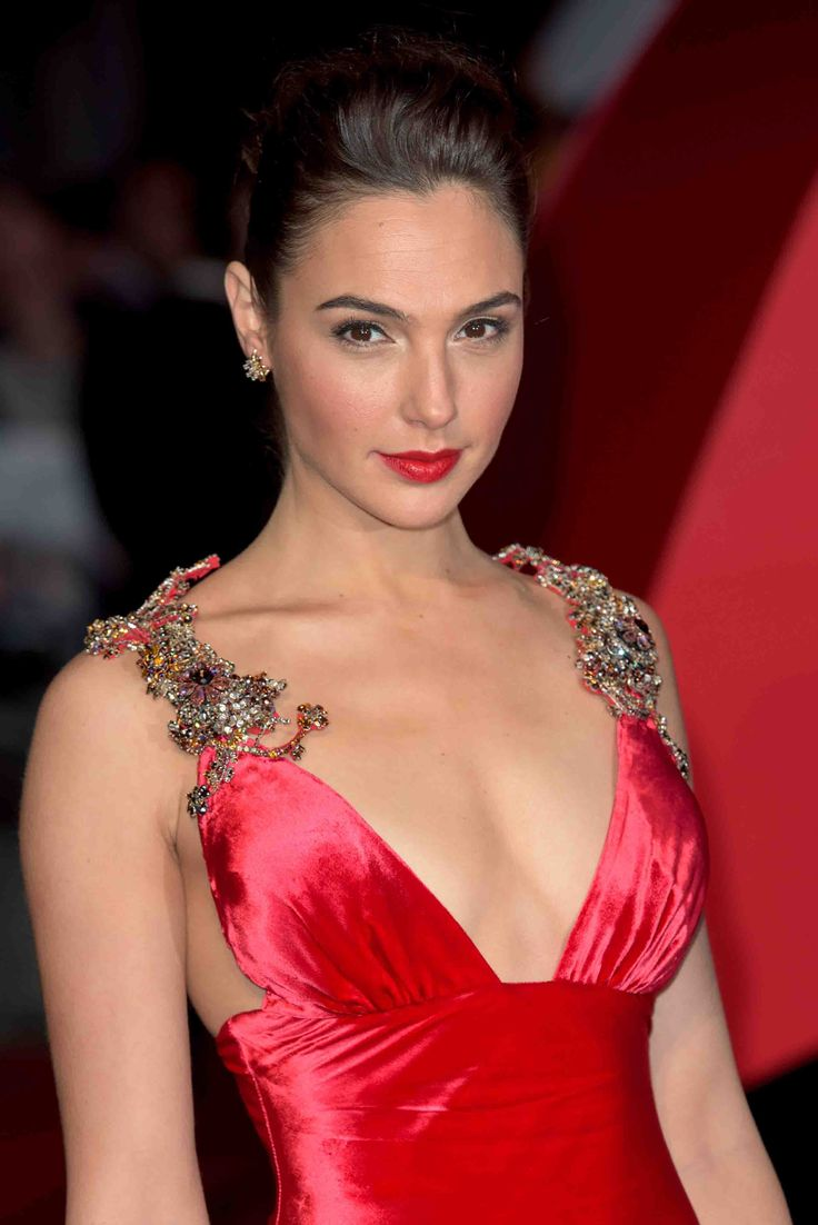 Gal Gadot was a favorite with Prada satin dress with plunging neckline, in tune with the red carpet. The details: the precious stones on the shoulders.