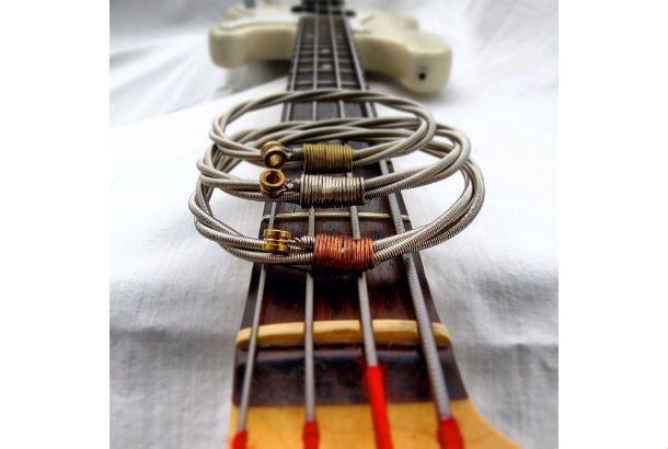 ギターやベースなど弦楽器の演奏経験がある人ならわかると思うんです。弦を張り替えた後、その弦をどう捨てるか? 弾力もかなりあります...