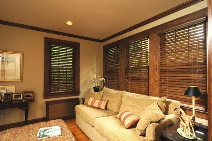 Деревянные жалюзи в интерьере гостиной