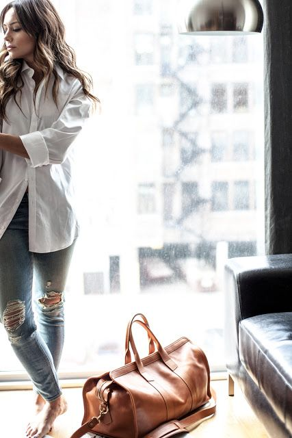 """White shirt, torn jeans, oversized leather bag - LOVE this casual """"boyfriend"""" look! <3"""