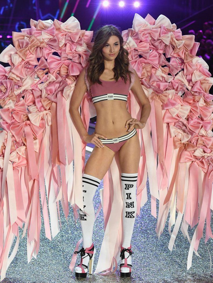 Ein Mädchentraum in Pink: VS-Engel Grace Elizabeth trug zum schlichten, sportlichen Dessousset opulente Flügel aus zahlreichen Schleifen in verschiedenen Rosatönen.