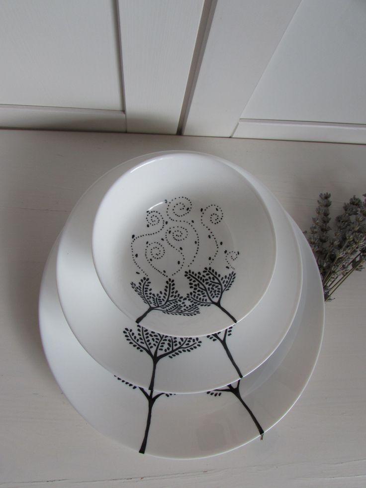 Větrný Zavřete oči. Cítíte první teplý vítr jara? Žene třešňové květy slunným sadem. Teď tenhle jedinečný pocit můžete mít každý den..Přímo na talíři. Sada misky, hlubokého a mělkého talíře zdobená fixou na porcelán. Krásný svatební dar, perfektní do moderních elegantních kuchyní i poličku obývacího pokoje. Možno mýt v myčce do 50st C. Pro co ...