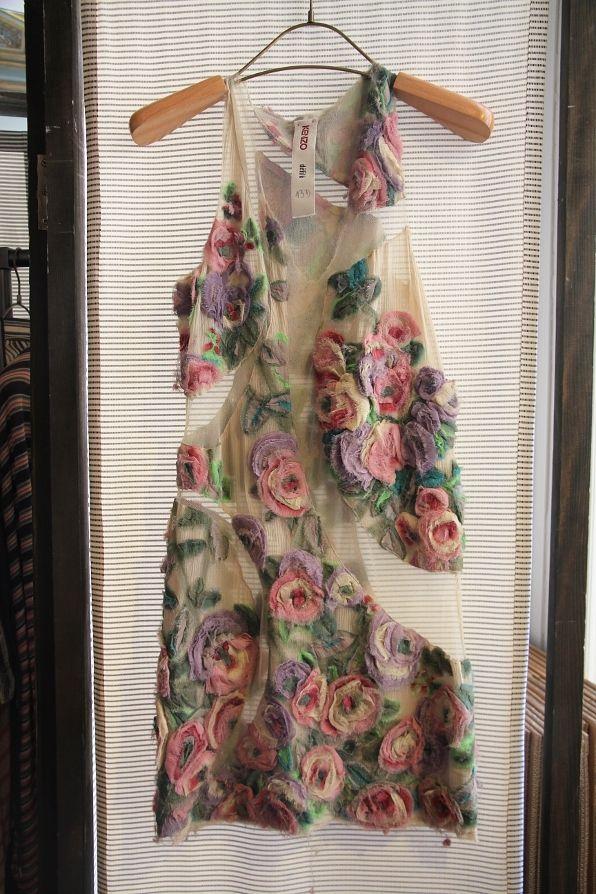 Fiquei muito impressionada com esse vestido Kenzo que oBrianBoy postou fotos outro dia. Simplesmente maravilhoso o trabalho e impecável o resultado final. Dá pra ver a quantidade de camadas que co…