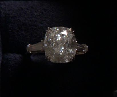 The Harry Winston engagement ring Chuck bought for Blair: Harry Winston Gossip Girls, Rings Chuck, Blair Rings, Chuck Bought, Coconut Almonds, Engagement Rings Harry Winston, Blair Waldorf Rings, Winston Engagement, Almonds Ice