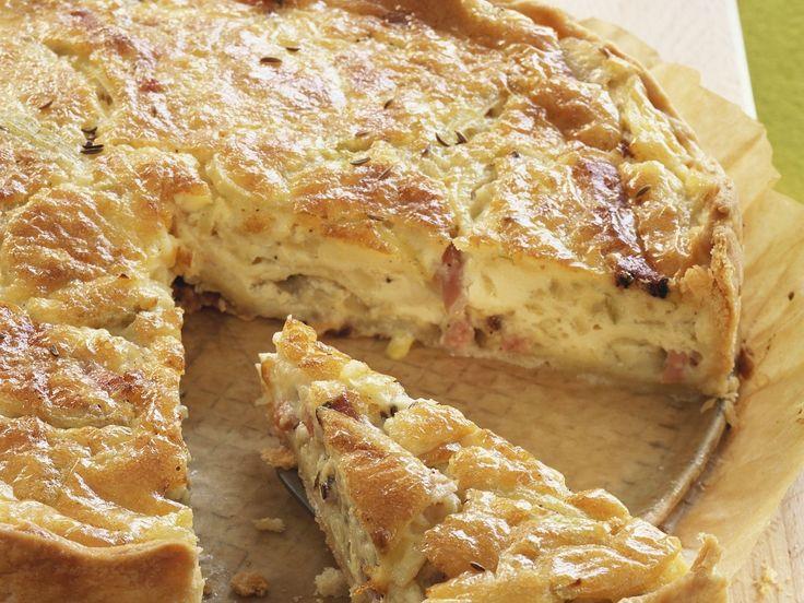 Darf im Herbst einfach nicht fehlen! Speckkuchen mit Zwiebeln | http://eatsmarter.de/rezepte/speckkuchen-mit-zwiebeln