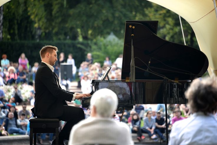 fans of Frederic Chopin's music meet every Sunday afternoon at noon and 4p.m. in front of his monument in Łazienki Park to listen to piano concerts. From middle May till the end of september. photo: Dennis Faro