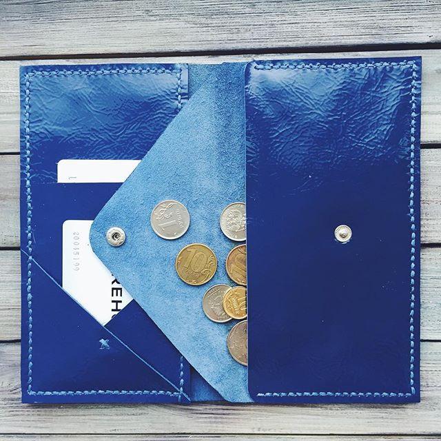 Кошелёк из глянцевой кожи #leathercraft #leather #lambadamarket #saintpetersburg #style #wallet #blue Глубокий, насыщенный синий, притягивающий взгляды. Удобное и стильное решение для смелых ценителей минимализма. Имеет два отдела под купюры, два отделения для карточек, вместительный карман для мелочи на кнопке. 🔷1550₽ Бесплатная доставка по России Подробности в Direct