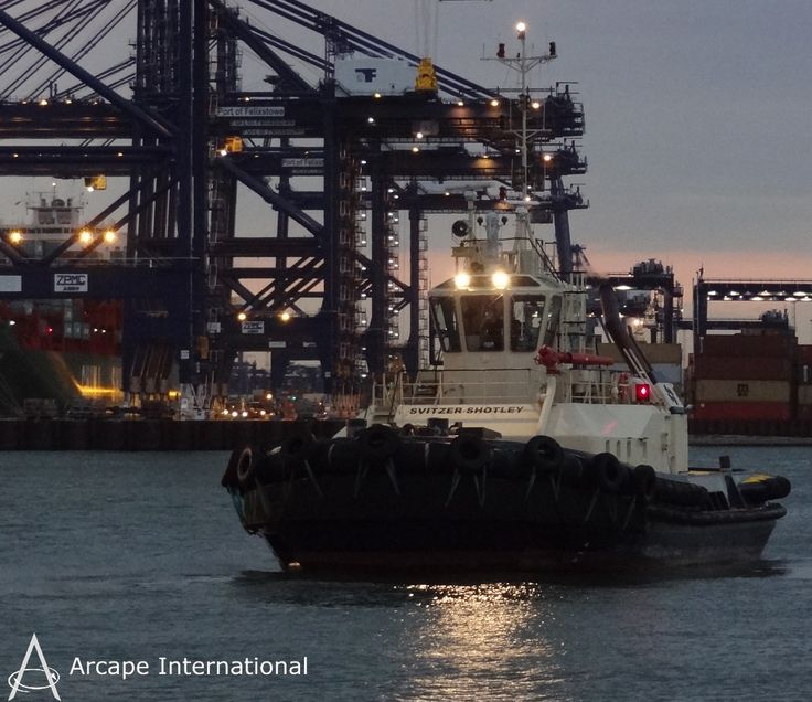 The Svitzer tugs provide habour towage services worldwide. This tug was photographed at The Port of Felixstowe in the UK. Los remolcadores Svitzer proporcionan servicios de practicaje en puertos de todo el mundo.  Este remolcador fue fotografiado en el Puerto de Felixstowe en el Reino Unido.