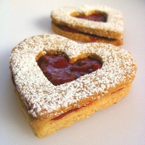 San Valentino -Biscotti a forma di cuore ripieni di marmellata