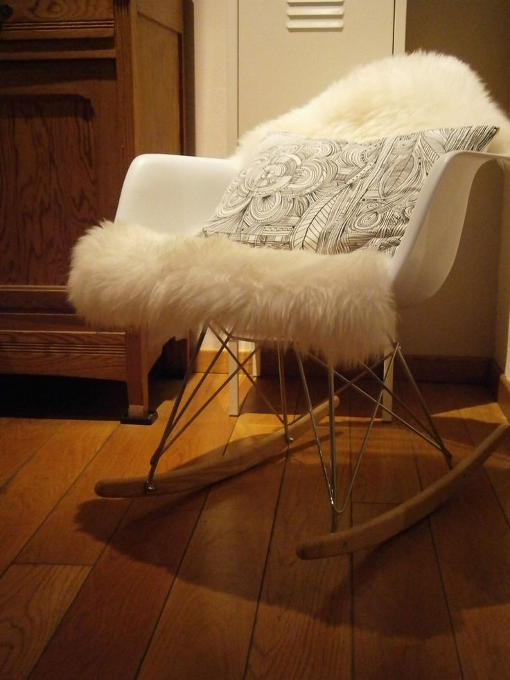 Chaise bascule eames peau de mouton ludde ikea for Chaise fourrure