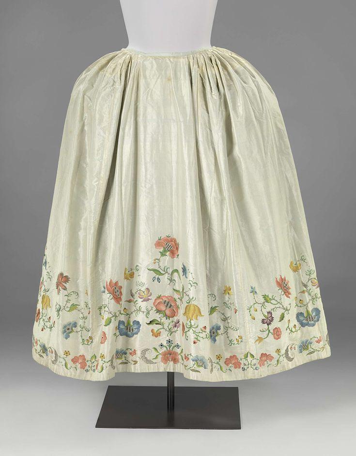 Rok van witte tafzijde geborduurd met meerkleurige bloem- en bladranken, gevoerd met blauwe tafzijde, anoniem, ca. 1720 - ca. 1730