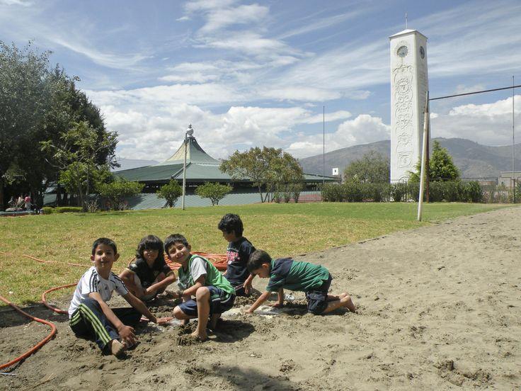 Chicos y grandes disfrutan de momentos amenos en las canchas de la USFQ. Aquí pueden ver la cancha de arena de voley de playa.