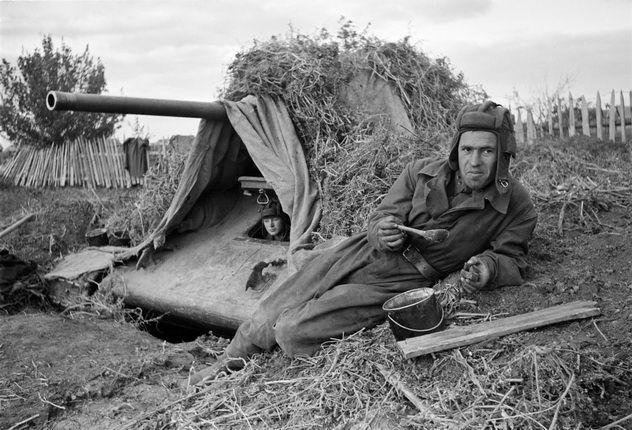 Аркадий Шайхет. Танк Т-34-76, замаскированный под местность. Сталинград, осень 1942. Семейный архив
