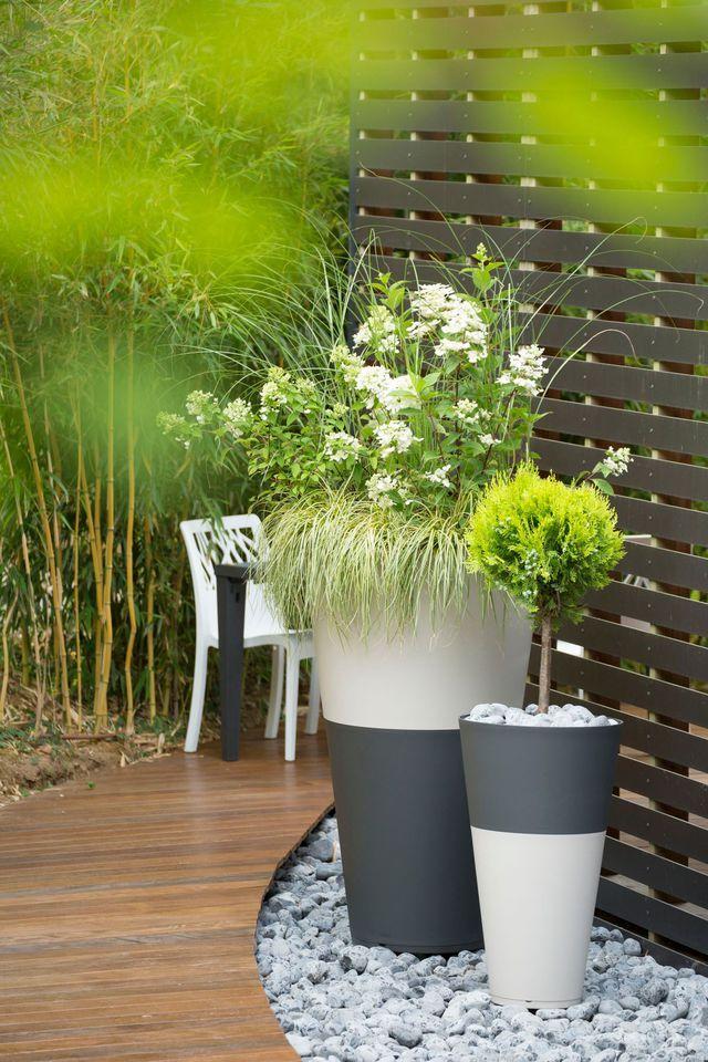 """Pots """"Tokyo"""" empilables, différentes dimensions disponibles, à partir D. 20cm, H. 19cm, 8,90 euros et jusqu'à D. 80cm, H. 122cm, 139,90 euros, Grosfillex."""