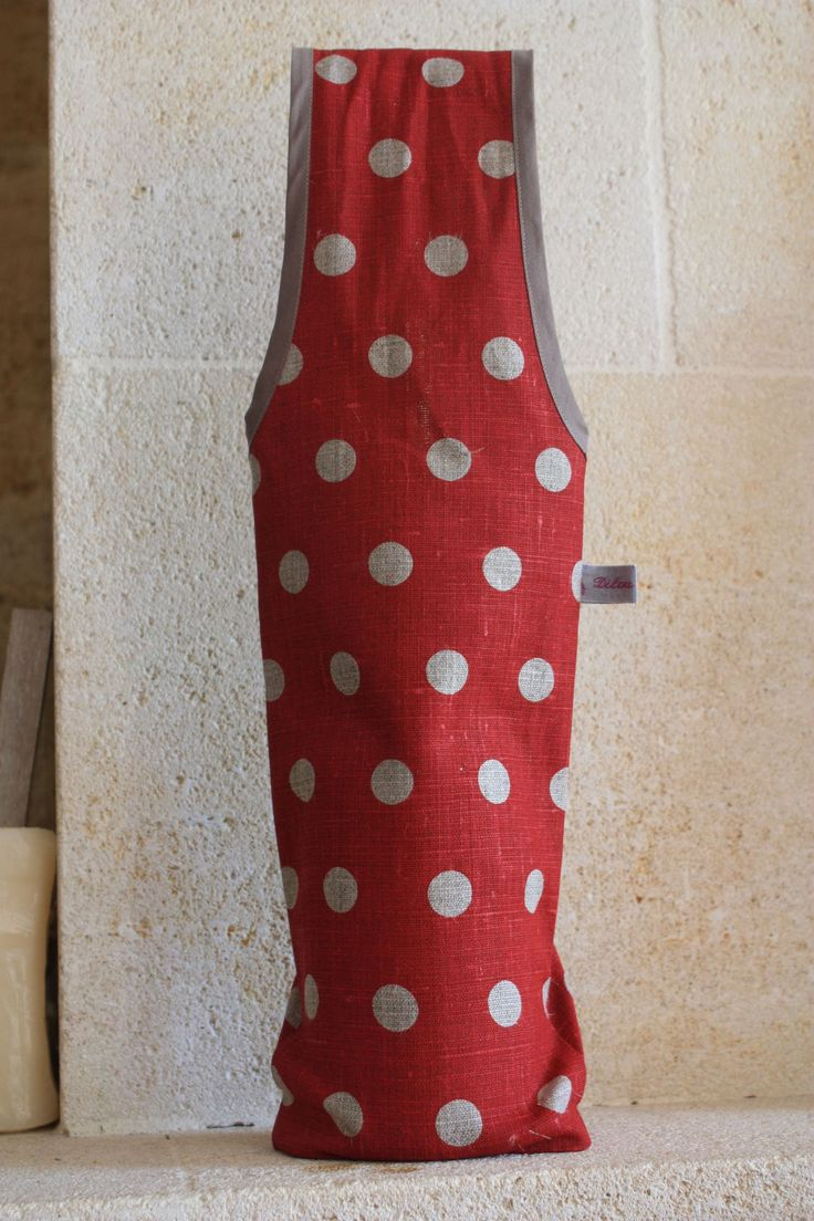 Après le sac à tarte le porte bouteille... Il faut : 17 cm x 1,05 m tissu un peu épais (style tissu d'ameublement) 85 cm de biais Patron...
