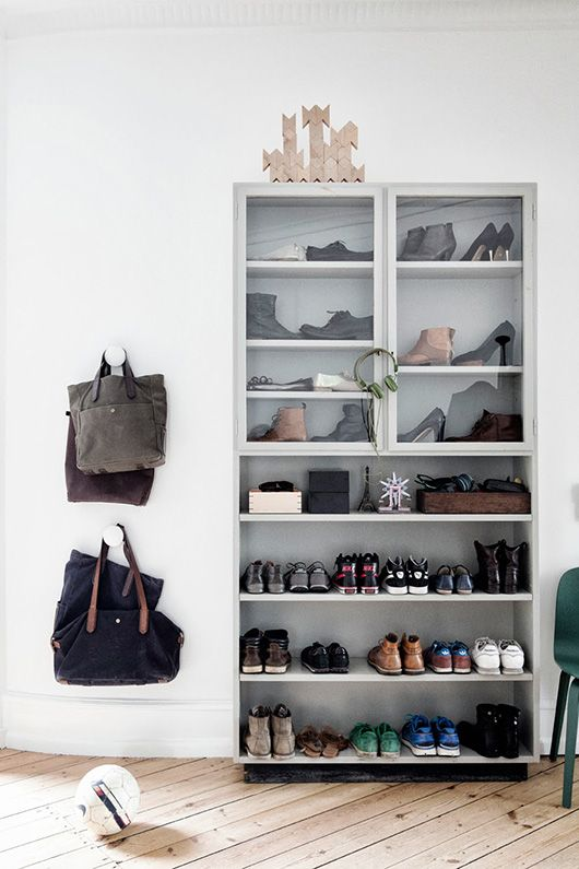 I love how they organized these shoes in this and I want all my shoes in something just like this. Shutterbugs: line klein.