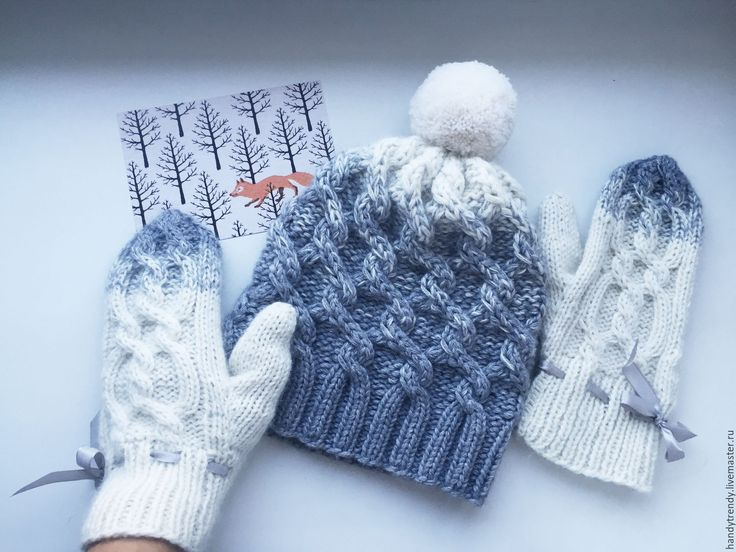 Купить или заказать Шапка с помпоном в интернет-магазине на Ярмарке Мастеров. Готовый комплект вязаной шапки с помпоном и варежки. Очень мягкий, теплый, стильный комплект согреет вас в любую погоду и станет прекрасным подарком на новый год. Связан вручную градиентом ( переход цвета) из очень мягкой пряжи. Пух н…