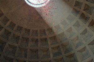 Pioggia di petali di rosa al Pantheon