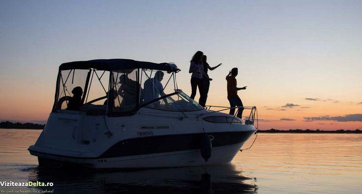 Unul din milioanele de motive care te face să iubesti Delta: apus de soare pe o barcă în inima Deltei Dunării #viziteazadelta un colt de rai