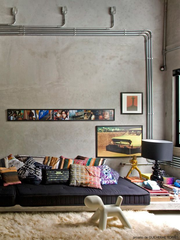 Tapete + cama/sofa + parede (cimento queimado)