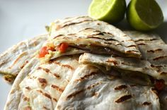 Vegetarische quesadillas met avocado, mozzarella en tomaat. Makkelijk en snel klaar! Een ideaal gerecht voor de bbq of grillpan.