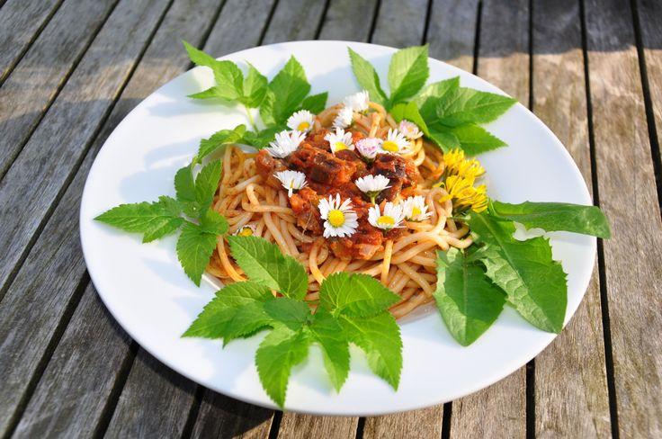 Unsere Wiese blüht: Gänseblümchen, Giersch, Löwenzahn, Vergissmeinnicht,… Mit all diesen tollen Pflänzchen könnt ihr euren Salat, eure Suppe oder eure Pasta hübscher und gesünder gestalten. W…