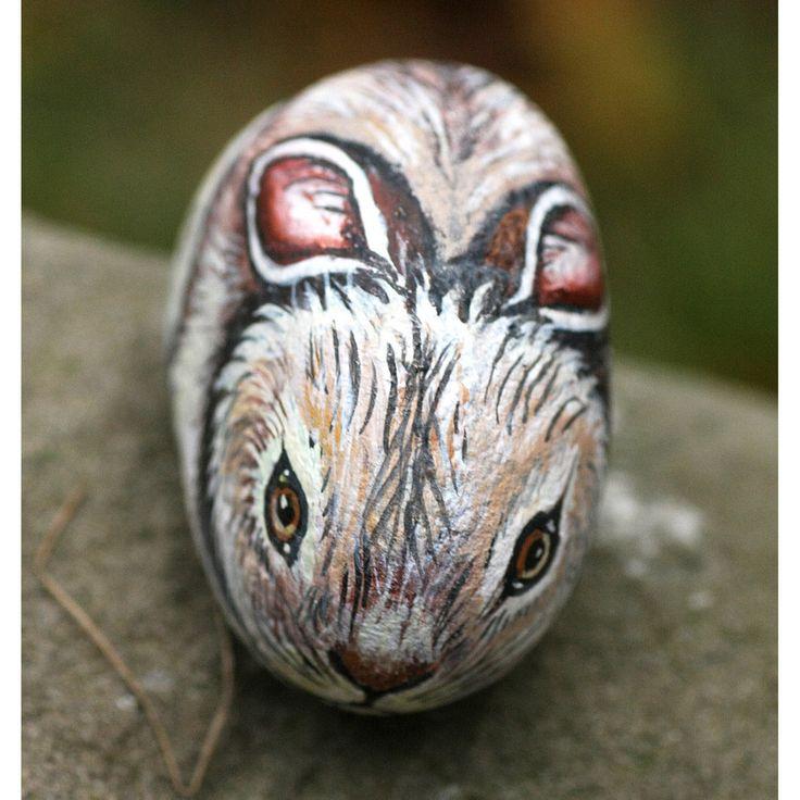 Questo bel coniglietto  è dipinto in modo molto realistico su un sasso di fiume, utilizzando colori acrilici. La cura nella realizzazione di quest'opera d'arte rende questo oggetto quasi vivo! L'a...