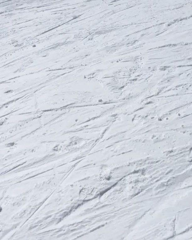 """Nossa editora de moda sênior @ritalazzarotti que está produzindo um editorial de moda na neve incrível para a edição de julho em Vail Colorado aproveitou o dia para aprender a esquiar! """"No início é tudo bem difícil: entender como funciona andar frear e até cair mas depois de subir e descer umas 5 vezes peguei a prática! Amei a experiência e definitivamente vou querer esquiar novamente"""" ela contou. Delícia! #vailcomglamour #glamournaestrada  via GLAMOUR BRASIL MAGAZINE OFFICIAL INSTAGRAM…"""