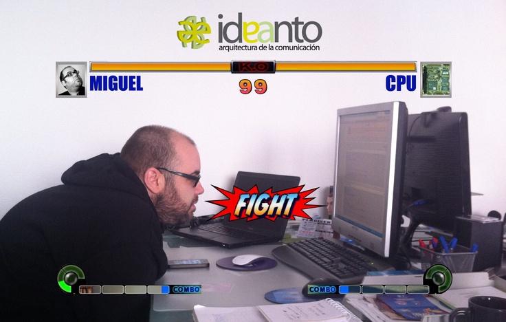 Nuestro programador, Miguel, en plena lucha contra la máquina. ¿Quién ganará?