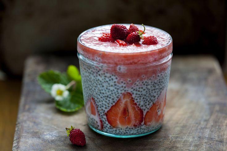 Pudding chia, przepis: http://www.weranda.pl/styl-zycia-new/pudding-chia Autorka: Matylda Rosłaniec, #pudding #nasiona #chia #truskawki  #deser #słodkie #sweet #dessert