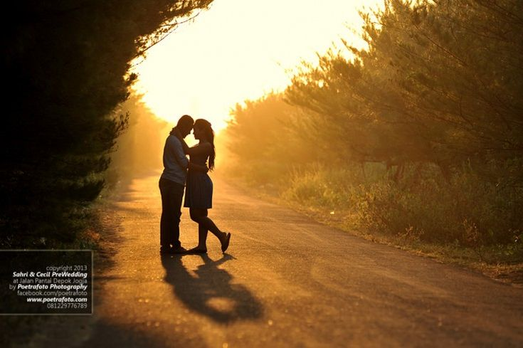 Romantic Pre Wedding Outdoor Photo w Silhouet at Jogja by Poetrafoto Engagement Photographer Indonesia, http://prewedding.poetrafoto.com/romantic-prewedding-engagement-outdoor-silhouet-photo-in-jogja_461