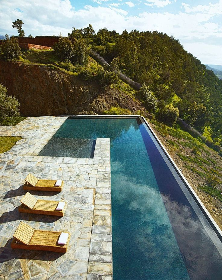 Com borda infinita, esta piscina ganhou um verde exuberante como paisagem.