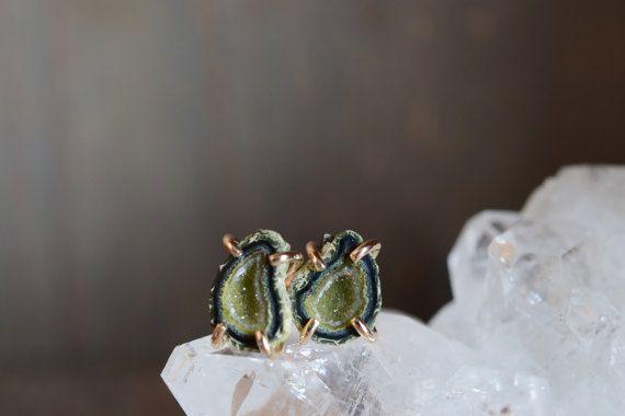 Geode verde piccole borchie. Orecchini in oro riempimento Prong. Piccole borchie pietra. Orecchini in pietra oro verde. Baby RAW Geode post. Roccia verde borchie